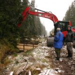 Vodu stékající po svahu lze efektivně zastavit pouze dřevěnými hrázkami.