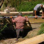 Ruční práce je nedílnou součástí revitalizace.