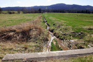 Narovnaný a zahloubený potok bez přirozené nivy