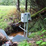 Přelivný profil a ultrazvukový hladinoměr. Dohromady trvale zjišťují a hlásí, kolik potůčkem proteče vody.